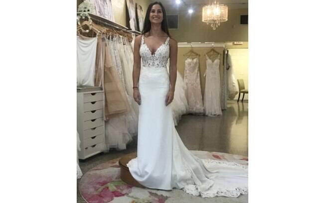 A noiva divulgou a foto dela no vestido e os internautas opinaram sobre o look com decote para o casamento