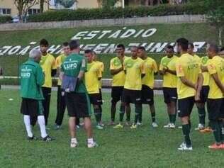 Givanildo Oliveira conversou ontem com os jogadores antes do último treino