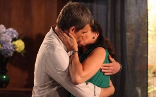 Lilia Cabral e  Dalton Vigh se beijam em Fina Estampa; cenas como essa serão feitas por computador.