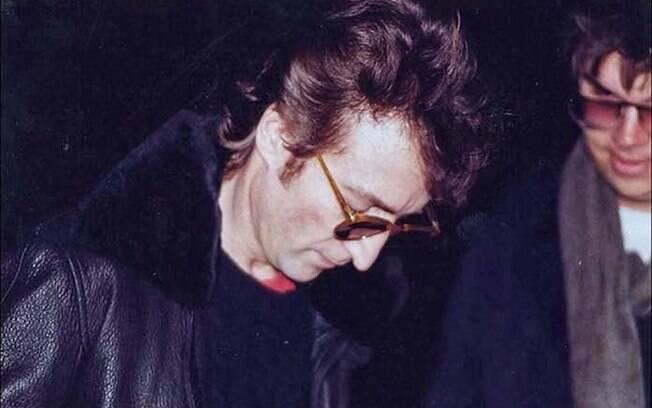John Lennon dando um autógrafo a Mark Chapman pouco tempo antes de ser assassinado por ele em Nova York, em 1980