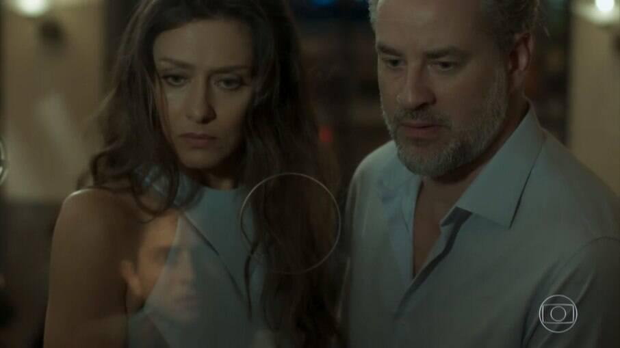 Joyce e Eugênio encontram Ivan trabalhando na bilheteria do teatro