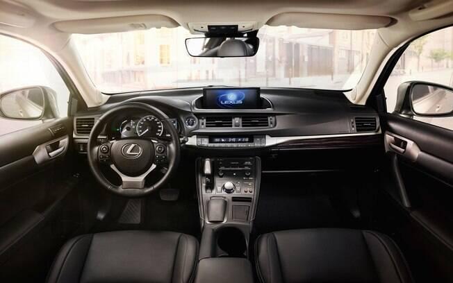 Boa posição de dirigir e acabamento caprichado são destaques do interior do híbrido Lexus CT200h