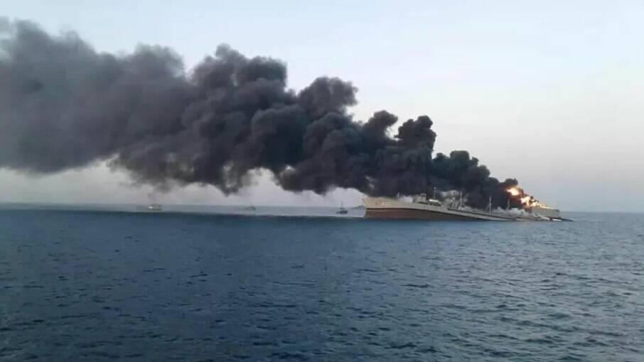 Maior navio da marinha do Irã pega fogo no porto de Jask no Golfo, Irã, 2 de junho de 2021