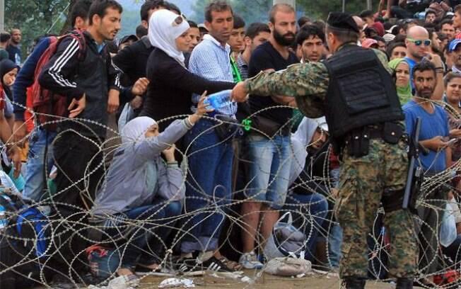 Forças de segurança impõe bloqueio contra refugiados na fronteira da Grécia para a Macedônia