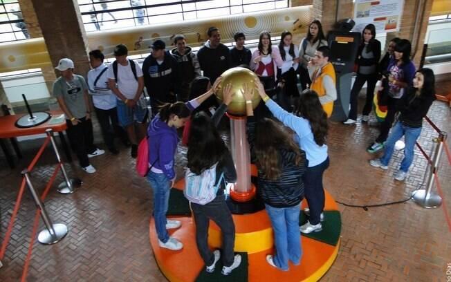 Crianças e jovens ficam com o cabelo em pé na seção de eletromagnetismo do Museu Catavento