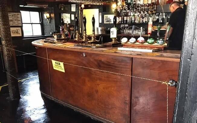 A cerca elétrica tem ajudado a manter o distanciamento entre clientes para protegê-los, bem como os funcionários do bar