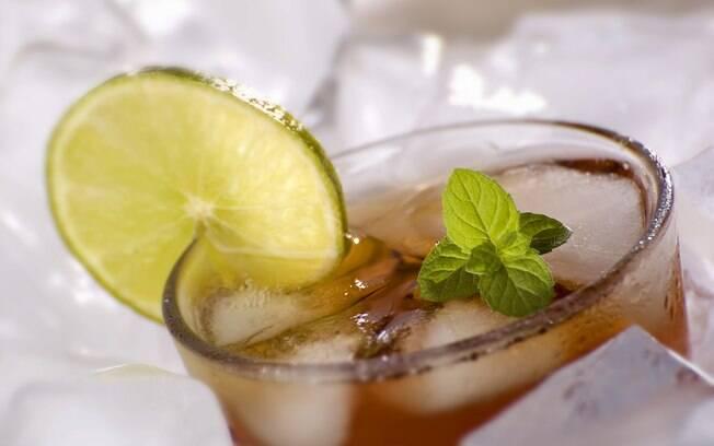 Chá mate com limão: bata 200ml de chá mate com o suco de 1 limão. É uma ótima pedida para hidratar rapidamente e refrescar