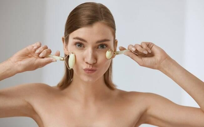 Para incluir a massagem no rosto à sua rotina de beleza diária basta escolher um horário em que está relaxada e aproveitar