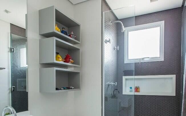 Ter um nicho dentro do banheiro, principalmente no box,  ajuda a economizar espaço, sendo ideal para locais pequenos
