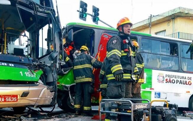 Acidente de ônibus deixa ao menos 13 feridos
