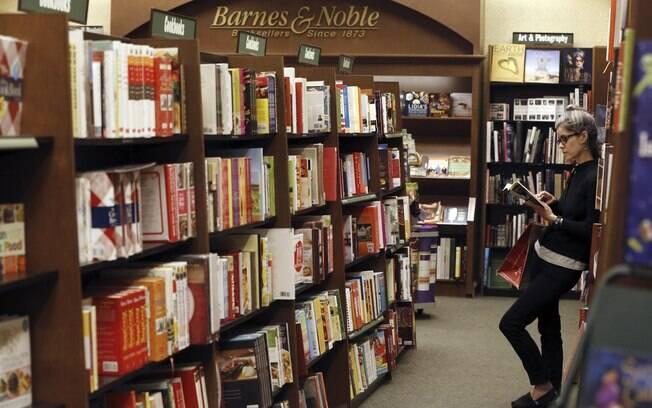 Mulher olha livro na Barnes & Noble, em Pasadena