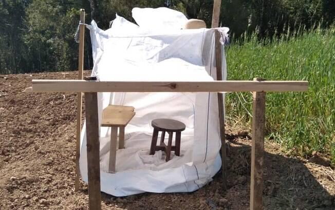 Pai do estudante montou uma cabana com lonas e madeiras no meio da roça, em Mallet