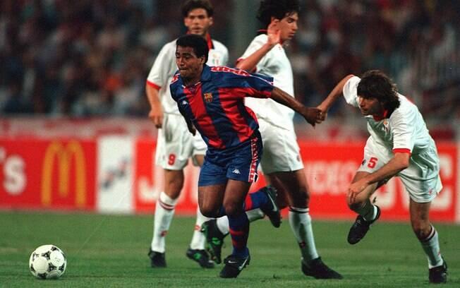 Pelo Barcelona, Romário passa por jogadores  do Milan na final da Copa dos Campeões de 1994