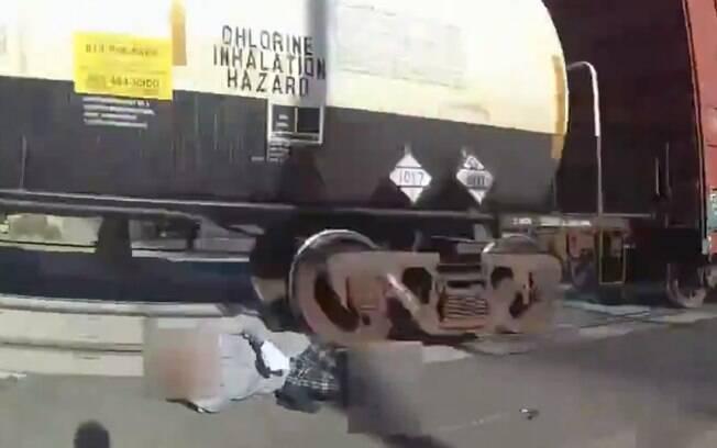 Uma policial conseguiu retirar o homem dos trilhos segundos antes de um trem passar em alta velocidade.