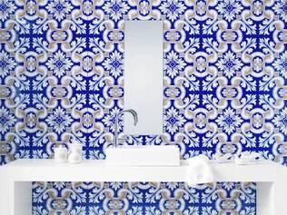 Água sanitária ajuda a limpar os azulejos do banheiro