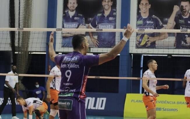 Vôlei Renata vence Uberlândia e abre vantagem nos playoffs