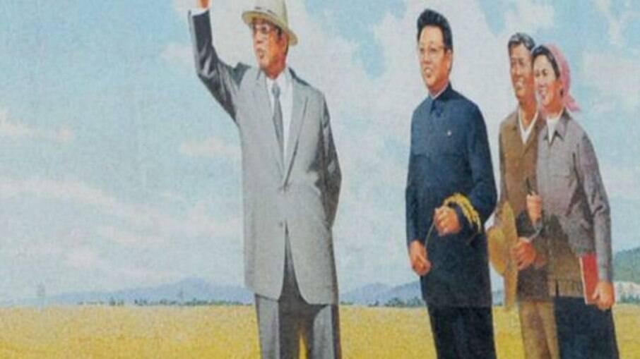 Kim Il-sung (à esq.) é considerado o pai da nação norte-coreana. Ao seu lado, o filho Kim Jong-il