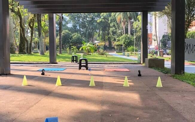 Eventualmente os treinos são realizados em uma praça próxima à praia