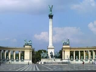 Centralizada, Praça dos Heróis é bom lugar para começar um tour pela cidade