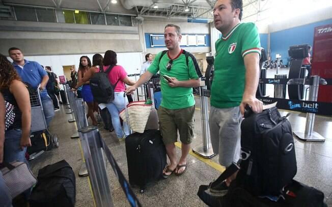 Torcedores mexicanos aguardam para embarcar do Rio de Janeiro com destino à Fortaleza: tráfego aéro funcionou sem problemas durante a Copa