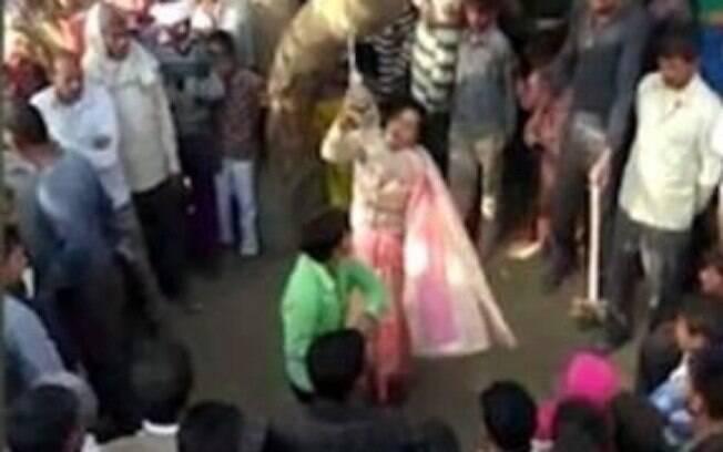 Mulher não identificada foi amarrada em árvore e açoitada pelo marido, Saudan, em praça de aldeia no norte da Índia