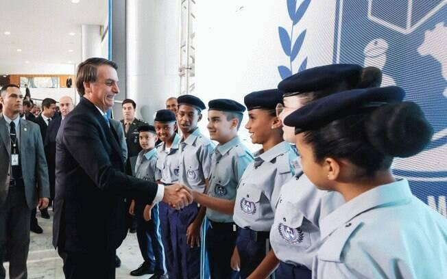 Bolsonaro cumprimenta alunos de escola militar