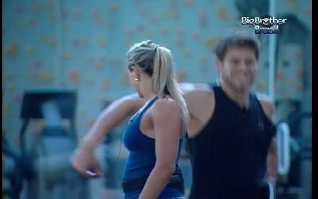 Fabiana observa Jonas saltar a trave e abandonar a Prova do Líder