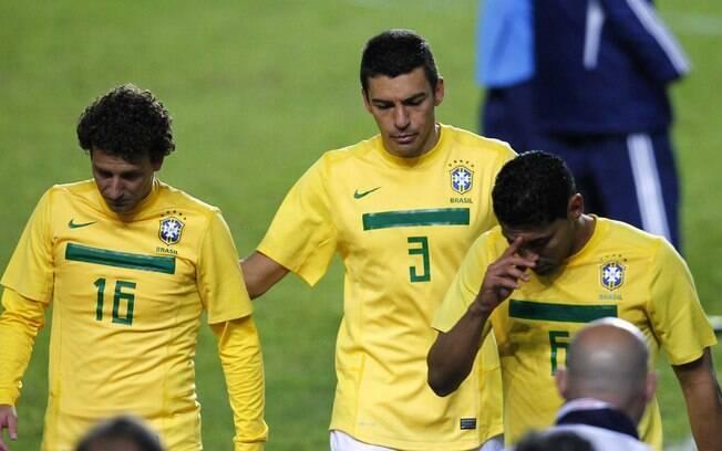 Elano, Lucio e Andre Santos saem de campo  cabisbaixos após eliminação do Brasil