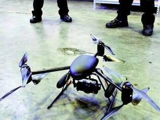 Vigilância. Drones como o Draganflyer X6 é usado pela polícia nos Estados Unidos