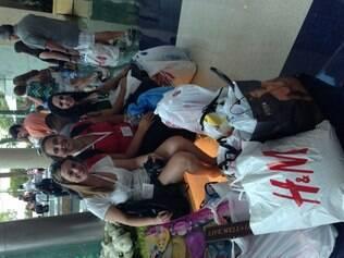 Patrícia Saraiva, Cintia Mattar e Carol Cesário ficaram cheias de sacolas após as compras em lojas de departamento