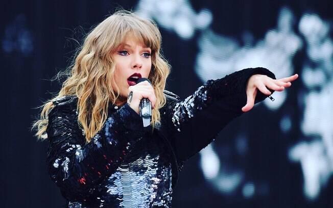 Taylor Swift já esteve envolvida em várias polêmicas e a mais recente é um carro que bateu no portão da casa dela