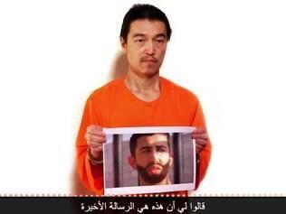 Jihadistas divulgaram foto de refém japonês Kenji Goto segurando a foto do piloto jordaniano capturado pelo EI, Maaz al-Kassasbeh