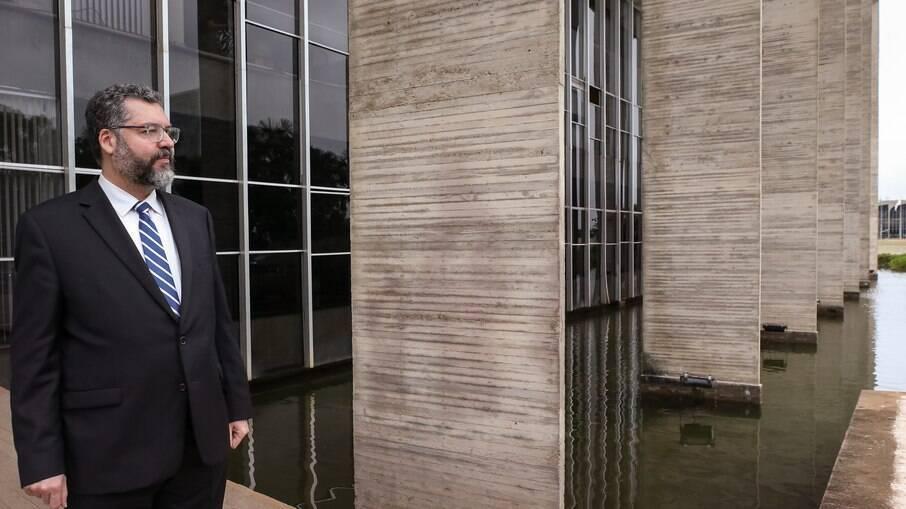 Sem apoio interno, Ernesto Araújo deixa o cargo de chanceler do Brasil