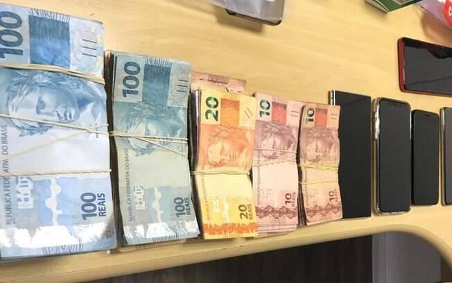 Dinheiro e celulares encontrados com Carlos Renato.