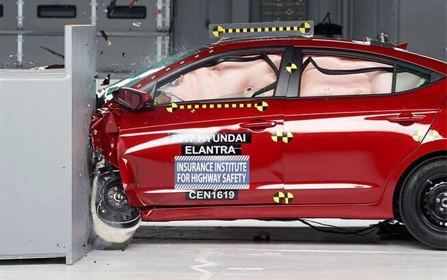O Hyundai Elantra conseguiu a nota máxima no teste de colisão contra postes e árvores, que atinge só 25% da frente do veículo.