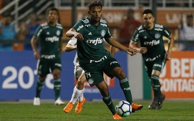 Gustavo Scarpa em campo pelo Palmeiras