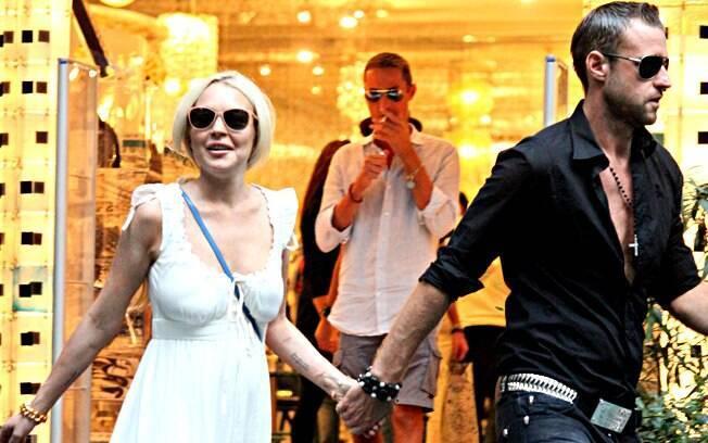 Lindsay passeou de mãos dadas com o estilista