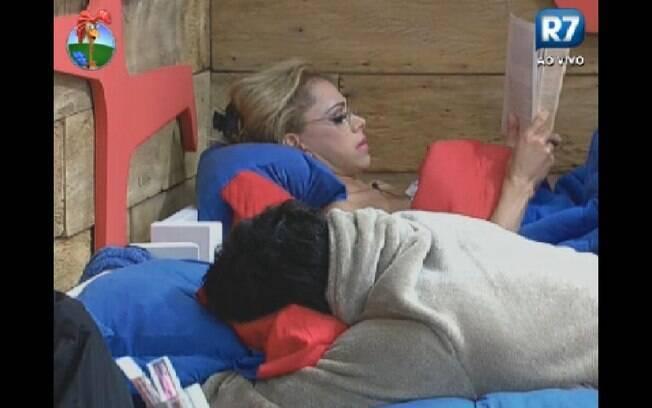 Léo Áquila lendo um livro enquanto Vavá brincava sobre Diego