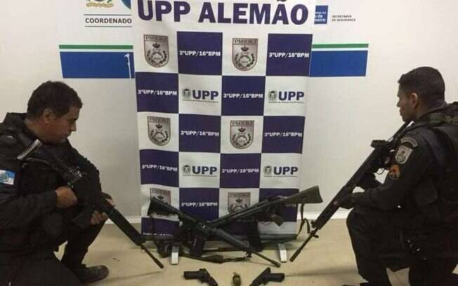 Com os suspeitos do Morro do Alemão, foram apreendidos fuzil G3, fuzil AR10, pistolas, granada, colete balístico e moto