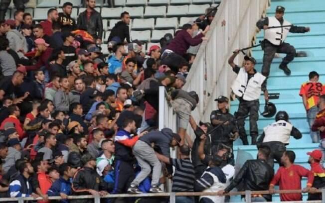 Uma confusão deixou 51 feridos na Liga dos Campeões Africana, em jogo na Tunísia