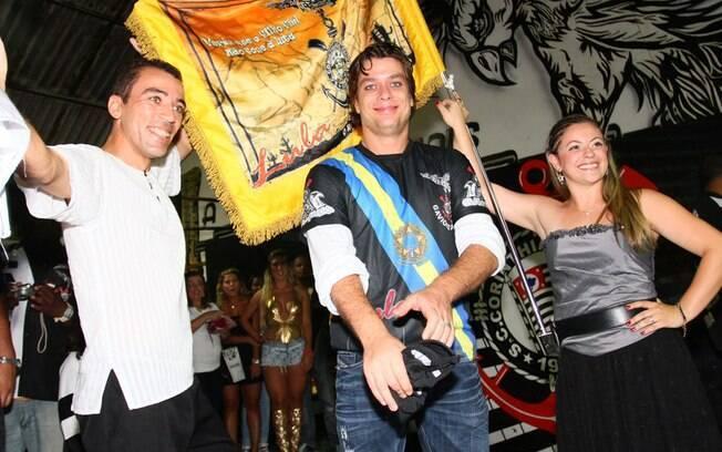 Fabio Assunção posa com integrantes da escola