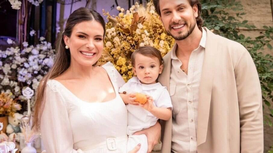 Eliéser e Kamilla Salgado com o filho Bento