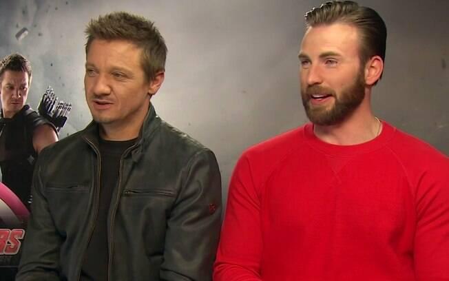 Jeremy Renner e Chris Evans durante entrevista para divulgar