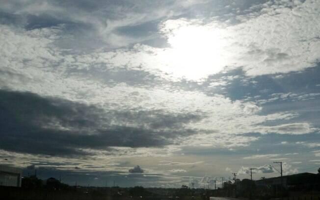 Domingo será de sol e calor com chances de chuvas