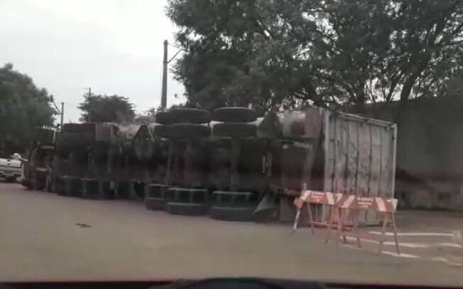 Carreta carregada de recicláveis tomba no Nova Aparecida