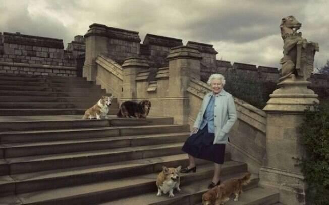 A rainha atualmente cria dois corgis