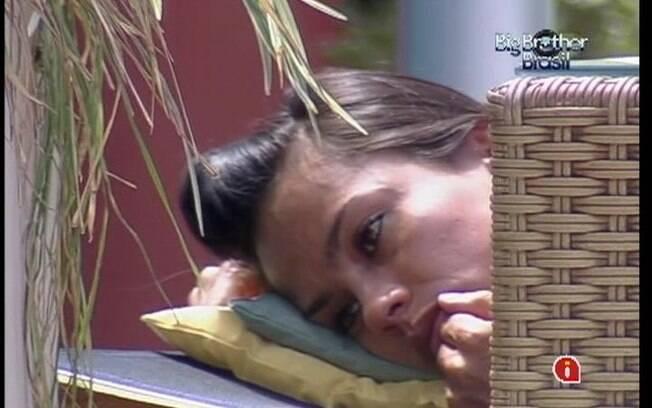 Kelly se ressente com os comentários de Fabiana e vai chorar sozinha no jardim