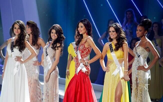 As cinco finalistas do concurso, entre elas, Priscila Machado e Leila Lopes, ansiosas com o resultado final