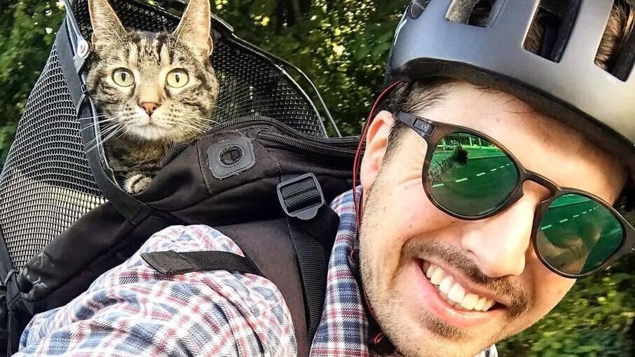 Rémy leva sua gatinha, Cathode, para muitas aventuras