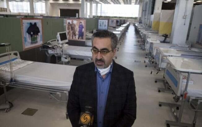 Kianoush Jahanpour em uma visita a um hospital improvisado em Teerã